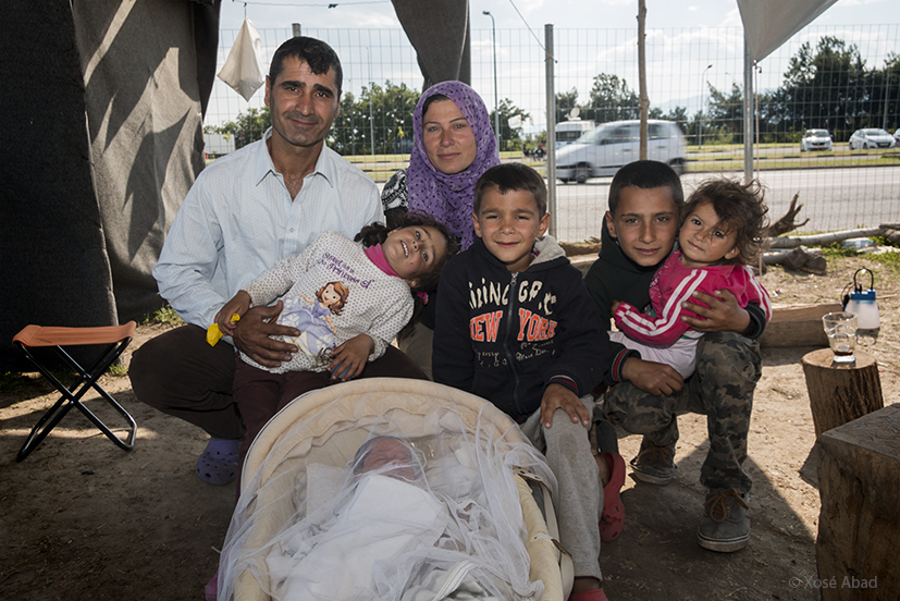 Familia de Nafeh Hajhussin con su niña nacida el campamento hace 20 días. Vivian en Damasco, Siria, donde trabajaba en una empresa de carpinteria de aluminio y cristal. Se fueron empujados por la guerra. Sobre su casa cayyeron dos bombas. Quieren llegar a Holanda.